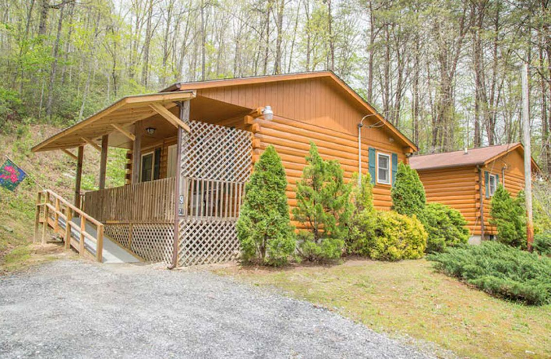 Great smoky mtn cabins cherokee nc for Indian bear lodge cabins